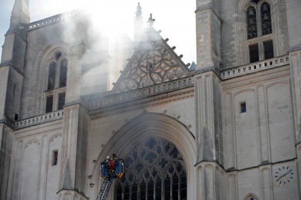 Во Франции горел один из старейших соборов страны (ФОТО)