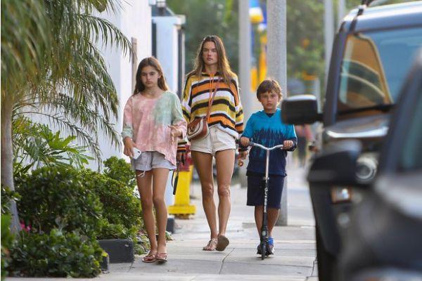 Алессандра Амбросио с сыном и дочкой гуляет по городу (ФОТО)