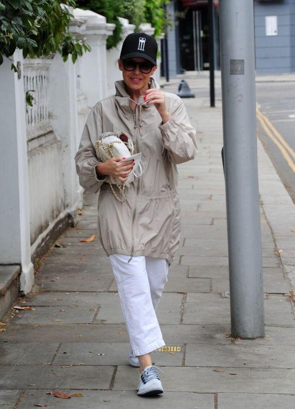 Кайли Миноуг гуляет по Лондону в стильном дождевике (ФОТО)