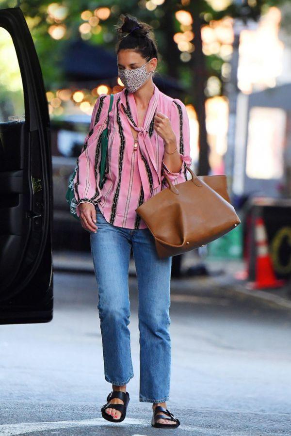 Кэти Холмс в розовой блузе спешит по делам (ФОТО)