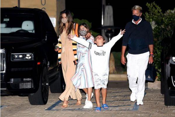 Алессандра Амбросио с детьми поужинала в ресторане (ФОТО)
