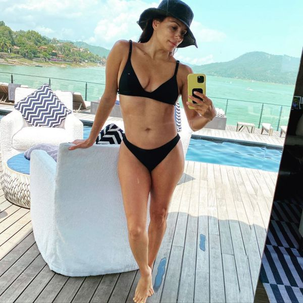 Ева Лонгория в черном бикини отдыхает на пляже (ФОТО)