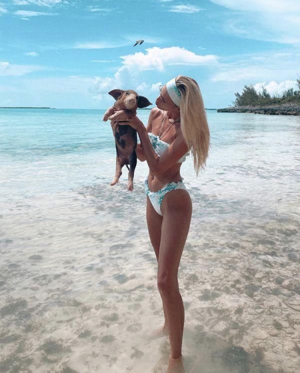 Необычная компания: Девон Виндзор взяла на пляж поросенок (ФОТО)