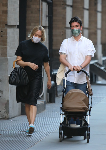 Хлоя Севиньи с любимым и маленьким сыном гуляет по Нью-Йорку (ФОТО)