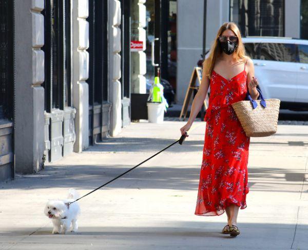 Соблазнительная Оливия Палермо гуляет в ярком сарафане (ФОТО)