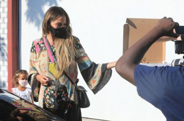Замшевые сапоги посреди лета? Впечатляющий образ Крисси Тейген (ФОТО)