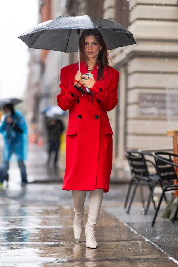 Беременная Ратаковски демонстрирует, как одеваться в дождливый осенний день (ФОТО)