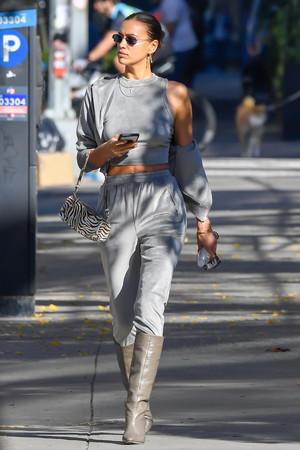 Стильная Ирина Шейк на прогулке с дочерью Леей в Нью-Йорке (ФОТО)