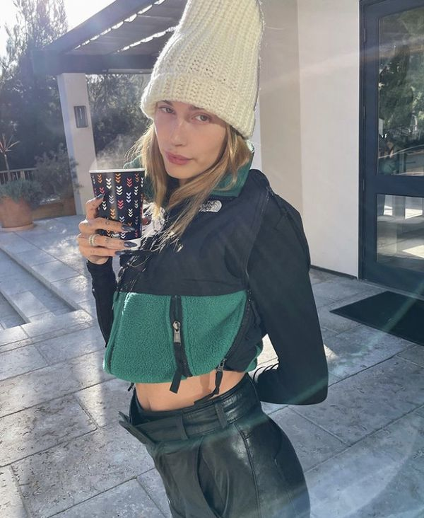 Хейли Бибер показывает, что пора иже надеть шапку (ФОТО)