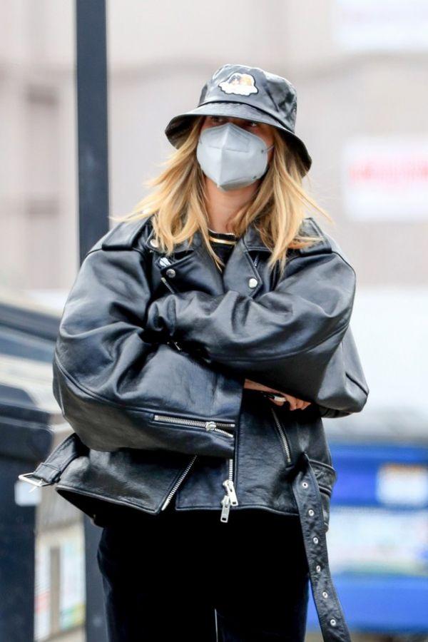 Просто идеальный образ! Хейли Бибер в коже и бархате на улицах Лос-Анджелеса (ФОТО)