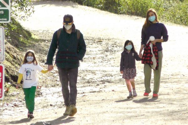 Папарацци «поймали» Еву Мендес и Райана Гослинга на прогулке с дочерьми (ФОТО)