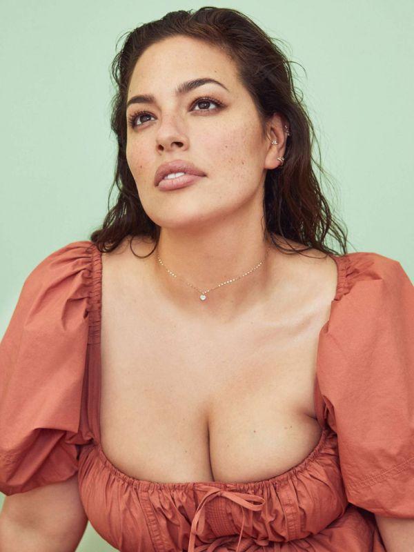 Модель plus size Эшли Грэм во время откровенной фотосессии рассказала, почему публикует обнаженные фото