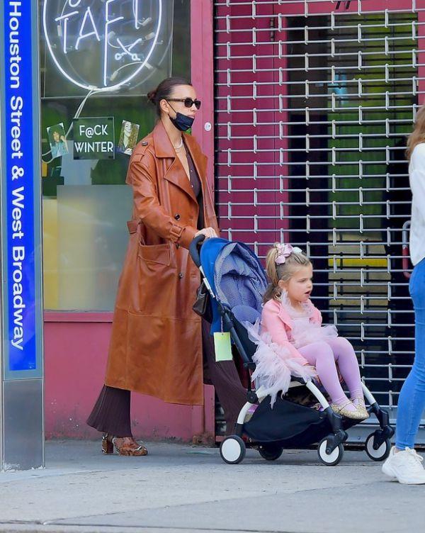 Ирина Шейк в кожаном плаще на прогулке с дочерью Леей (ФОТО)