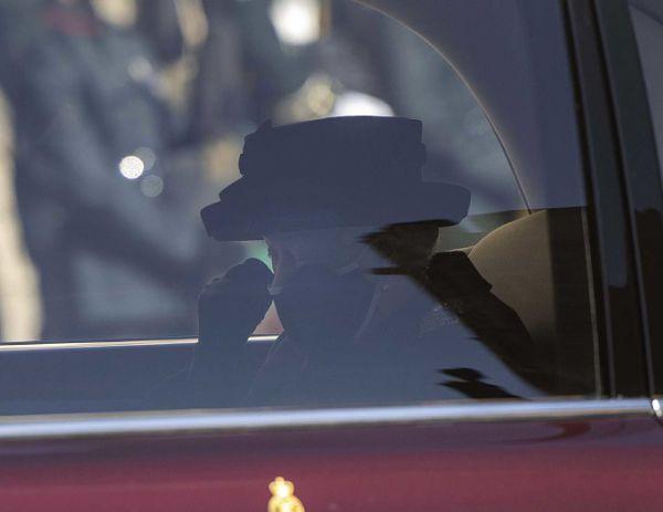 Фотофакт: Королева Елизавета плакала на похоронах своего мужа, принца Филиппа
