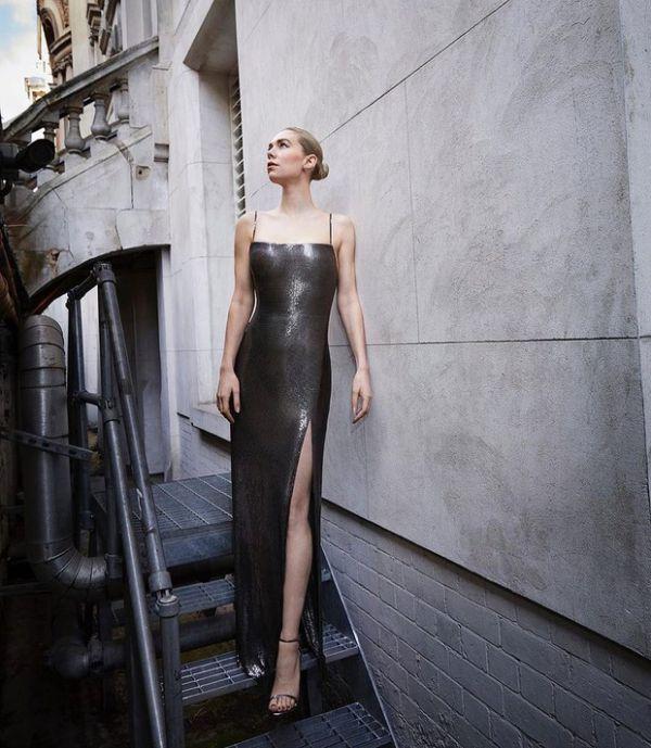 Ванесса Кирби, сыгравшая в сериале «Корона», позирует в платье Atelier Versace из металлической сетки (ФОТО)