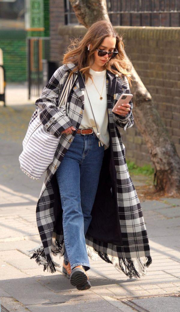 Очень худая Эмилия Кларк замечена в пальто в шотландскую клетку (ФОТО)
