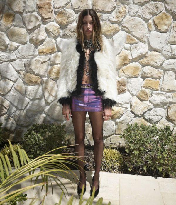 Короткая мини-юбка на свете — в Хейли Бибер (ФОТО)